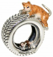 13101 Cat, mice on tyre