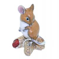 13372 Mouse on nuts brown